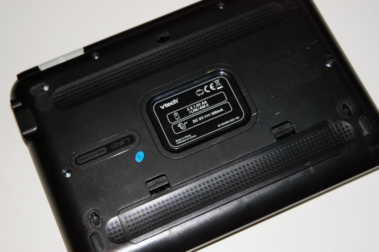 Batteriefach eines Lerncomputers an der Unterseite